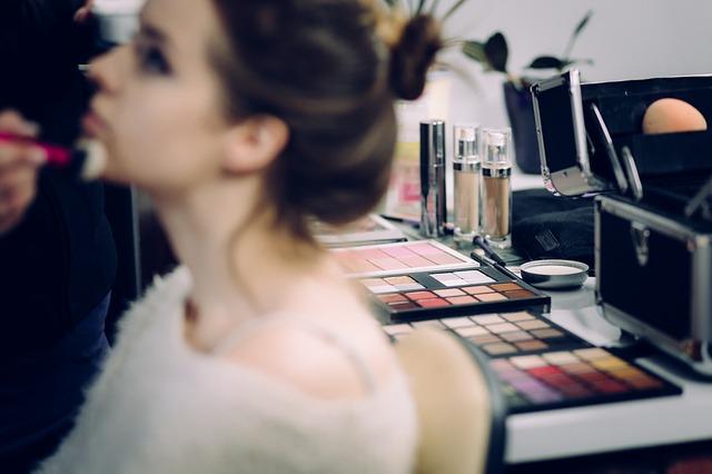 makeup-2583491_640
