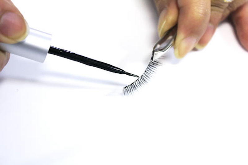 howto_eyelash_glue